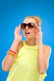 Όμορφα γυαλιά ηλίου εκμετάλλευσης κοριτσιών. Στοκ φωτογραφίες με δικαίωμα ελεύθερης χρήσης