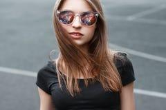 όμορφα γυαλιά ηλίου κορ&iota Στην αντανάκλαση γυαλιών του διαστήματος Στοκ φωτογραφίες με δικαίωμα ελεύθερης χρήσης