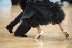 Όμορφα γυναικεία και αρσενικά πόδια στον ενεργό χορό αιθουσών χορού, στοκ εικόνες