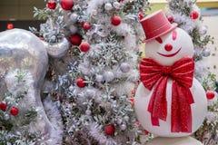 Όμορφα διακοσμημένα εστία και χριστουγεννιάτικο δέντρο στο εξοχικό σπίτι τα φωτεινά Χριστούγεννα σφαιρών ανασκόπησης διακοσμούν τ στοκ εικόνα με δικαίωμα ελεύθερης χρήσης