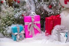 Όμορφα διακοσμημένα εστία και χριστουγεννιάτικο δέντρο στο εξοχικό σπίτι τα φωτεινά Χριστούγεννα σφαιρών ανασκόπησης διακοσμούν τ στοκ φωτογραφίες