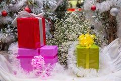 Όμορφα διακοσμημένα εστία και χριστουγεννιάτικο δέντρο στο εξοχικό σπίτι τα φωτεινά Χριστούγεννα σφαιρών ανασκόπησης διακοσμούν τ στοκ φωτογραφία με δικαίωμα ελεύθερης χρήσης