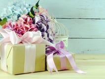 Όμορφα διακοσμημένα ζωηρόχρωμα ανθοδέσμη λουλουδιών και κιβώτιο δώρων παρόν στοκ εικόνες