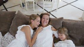 Όμορφα δύο κορίτσια και το όμορφο mum τους που έχουν τη διασκέδαση στο σπίτι Χαριτωμένα κορίτσια με μακρυμάλλη άσπρο φορεμάτων απόθεμα βίντεο