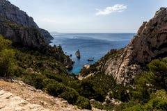 όμορφα δύσκολα βουνά με την πράσινη βλάστηση και βάρκες στο λιμάνι, Calanques de Μασσαλία (Massif des Calanques), Προβηγκία, fra στοκ εικόνες