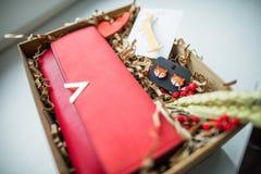 Όμορφα δώρα, ένα πορτοφόλι, καλλυντικά και μια πόρπη στοκ εικόνα με δικαίωμα ελεύθερης χρήσης
