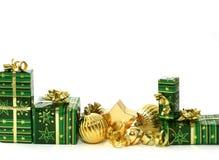 Όμορφα δώρα Χριστουγέννων στο άσπρο backgr Στοκ φωτογραφία με δικαίωμα ελεύθερης χρήσης