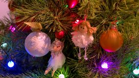 Όμορφα ειδώλια αγγέλων που κρεμούν στο χριστουγεννιάτικο δέντρο απόθεμα βίντεο