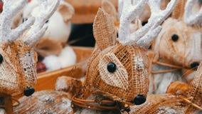 Όμορφα ειδώλια ντεκόρ Χριστουγέννων των ελαφιών στην αγορά Χριστουγέννων φιλμ μικρού μήκους
