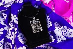 Όμορφα εκλεκτής ποιότητας ασιατικά κρεμαστά κοσμήματα γυναικών ` s και χειροποίητο κόσμημα στοκ φωτογραφία με δικαίωμα ελεύθερης χρήσης