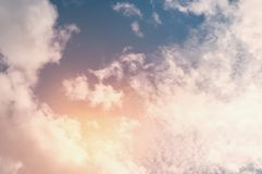 Όμορφα ελαφριά σύννεφα στο ηλιοβασίλεμα, κατασκευασμένο υπόβαθρο Στοκ φωτογραφία με δικαίωμα ελεύθερης χρήσης
