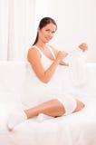 Όμορφα ενδύματα μωρών εκμετάλλευσης εγκύων γυναικών στοκ φωτογραφίες με δικαίωμα ελεύθερης χρήσης
