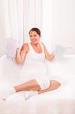 Όμορφα ενδύματα μωρών εκμετάλλευσης εγκύων γυναικών στοκ εικόνες με δικαίωμα ελεύθερης χρήσης