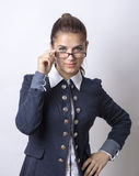 όμορφα επιχειρησιακά γυαλιά ανασκόπησης που απομονώνονται πέρα από τις θέτοντας νεολαίες λευκών γυναικών κοστουμιών Στοκ Εικόνες