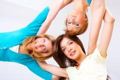 Όμορφα ευτυχή κορίτσια Στοκ εικόνα με δικαίωμα ελεύθερης χρήσης