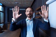 Όμορφα ευχαριστημένα πιέζοντας χέρια ατόμων στην εικονική επιτροπή στοκ φωτογραφίες