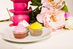 Όμορφα εύγευστα cupcakes στο στούντιο Στοκ εικόνες με δικαίωμα ελεύθερης χρήσης