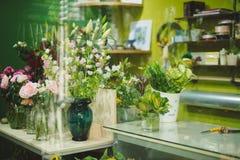 Όμορφα ζωηρόχρωμα λουλούδια στο ανθοπωλείο Στοκ Εικόνες