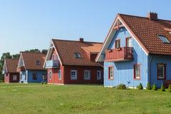 Όμορφα ζωηρόχρωμα ξύλινα σπίτια, Nida, Λιθουανία στοκ εικόνες
