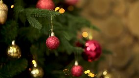 Όμορφα, ζωηρόχρωμα παιχνίδια χριστουγεννιάτικων δέντρων στους πράσινους κλάδους, Χαρούμενα Χριστούγεννα και νέα έννοια έτους έτος φιλμ μικρού μήκους