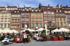 Όμορφα ζωηρόχρωμα παλαιά κτήρια και εστιατόρια στο τετράγωνο αγοράς στη Βαρσοβία, Πολωνία Στοκ Εικόνες