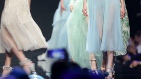 Όμορφα ζωηρόχρωμα φορέματα διαδρόμων επιδείξεων μόδας φιλμ μικρού μήκους