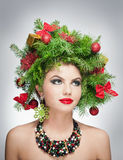 Όμορφα δημιουργικά Χριστούγεννα makeup και εσωτερικός βλαστός ύφους τρίχας. Πρότυπο κορίτσι μόδας ομορφιάς. Χειμώνας. Όμορφος μοντ Στοκ Εικόνες