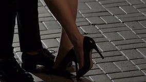 Όμορφα θηλυκά πόδια που περπατούν πιό κοντά στο αρσενικό για να τον φιλήσει αντίο μετά από την ημερομηνία απόθεμα βίντεο