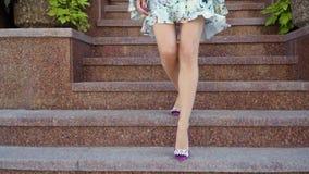 Όμορφα θηλυκά πόδια σε μια οδό πόλεων απόθεμα βίντεο