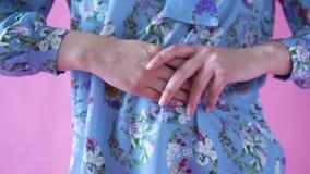 Όμορφα θηλυκά χέρια σε ένα μπλε πουκάμισο υποβάθρου απόθεμα βίντεο