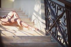 Όμορφα θηλυκά πόδια με το σχέδιο δαντελλών Στοκ εικόνα με δικαίωμα ελεύθερης χρήσης
