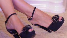 Όμορφα θηλυκά πόδια που κινούνται προς τη μουσική μαύρα βαλμένα τακούνια υψηλά παπούτσια απόθεμα βίντεο