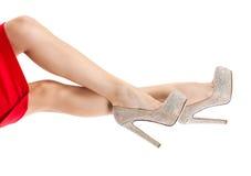 Όμορφα θηλυκά πόδια στα ελαφριά παπούτσια με τα rhinestones Λεπτά πόδια, υψηλά τακούνια, φωτεινά λαμπιρίζοντας κρύσταλλα Στοκ Εικόνες