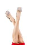 Όμορφα θηλυκά πόδια στα ελαφριά παπούτσια με τα rhinestones Λεπτά πόδια, υψηλά τακούνια, φωτεινά λαμπιρίζοντας κρύσταλλα στοκ φωτογραφία με δικαίωμα ελεύθερης χρήσης