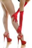 Θηλυκά πόδια στα κόκκινα παπούτσια Στοκ εικόνες με δικαίωμα ελεύθερης χρήσης