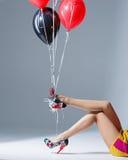 Όμορφα θηλυκά πόδια στα κόκκινα παπούτσια Στοκ φωτογραφίες με δικαίωμα ελεύθερης χρήσης