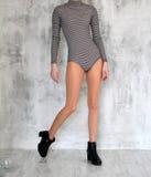 Όμορφα θηλυκά πόδια στα νάυλον καλσόν και τις μπότες, ριγωτή μπλούζα, για το κορίτσι, φωτογραφία στο στούντιο φωτογραφιών Στοκ φωτογραφία με δικαίωμα ελεύθερης χρήσης