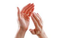 Όμορφα θηλυκά χέρια που απομονώνονται στην άσπρη επιδοκιμασία υποβάθρου Στοκ Εικόνες