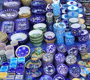 Όμορφα ινδικά μπλε κεραμικά στοιχεία στην επίδειξη για την πώληση στοκ φωτογραφία με δικαίωμα ελεύθερης χρήσης