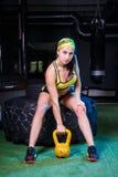 Όμορφα, ισχυρά, μυϊκά τραίνα κοριτσιών στη γυμναστική για το crossfit Εκπαιδεύστε τους μυς των χεριών με τα βάρη και Στοκ φωτογραφίες με δικαίωμα ελεύθερης χρήσης