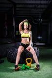 Όμορφα, ισχυρά, μυϊκά τραίνα κοριτσιών στη γυμναστική για το crossfit Εκπαιδεύστε τους μυς των χεριών με τα βάρη και Στοκ φωτογραφία με δικαίωμα ελεύθερης χρήσης