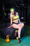 Όμορφα, ισχυρά, μυϊκά τραίνα κοριτσιών στη γυμναστική για το crossfit Εκπαιδεύστε τους μυς των χεριών με τα βάρη και Στοκ εικόνες με δικαίωμα ελεύθερης χρήσης