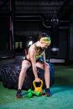 Όμορφα, ισχυρά, μυϊκά τραίνα κοριτσιών στη γυμναστική για το crossfit Εκπαιδεύστε τους μυς των χεριών με τα βάρη και Στοκ εικόνα με δικαίωμα ελεύθερης χρήσης