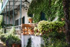 Όμορφα ιταλικά βίλα, λουλούδια και φανάρι στοκ φωτογραφία με δικαίωμα ελεύθερης χρήσης