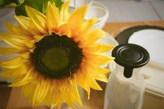 Όμορφα κίτρινα τεχνητά λουλούδια ηλίανθων στον πίνακα κουζινών Στοκ Εικόνες