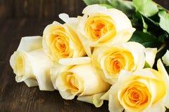 Όμορφα κίτρινα τριαντάφυλλα πέρα από το ξύλινο υπόβαθρο grunge στοκ φωτογραφίες με δικαίωμα ελεύθερης χρήσης
