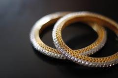 Όμορφα και λεπτά ελεγμένα χρυσά βραχιόλια Στοκ φωτογραφία με δικαίωμα ελεύθερης χρήσης