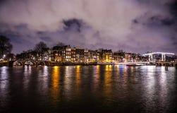 Όμορφα κανάλια πόλεων νύχτας του Άμστερνταμ με την κίνηση passanger της βάρκας Στοκ εικόνες με δικαίωμα ελεύθερης χρήσης