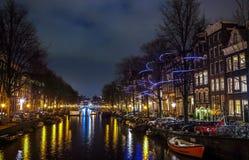 Όμορφα κανάλια πόλεων νύχτας του Άμστερνταμ Στοκ εικόνα με δικαίωμα ελεύθερης χρήσης