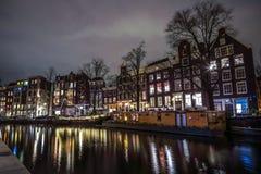 Όμορφα κανάλια πόλεων νύχτας του Άμστερνταμ Στοκ Φωτογραφία